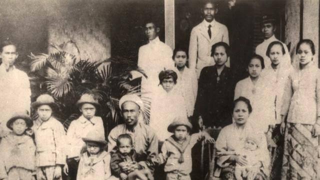 https: img.okezone.com content 2019 12 20 337 2144224 sejarah-cinta-orangtua-soekarno-tak-seindah-sinetron-tapi-menginspirasi-GL99RYz7y8.jpg