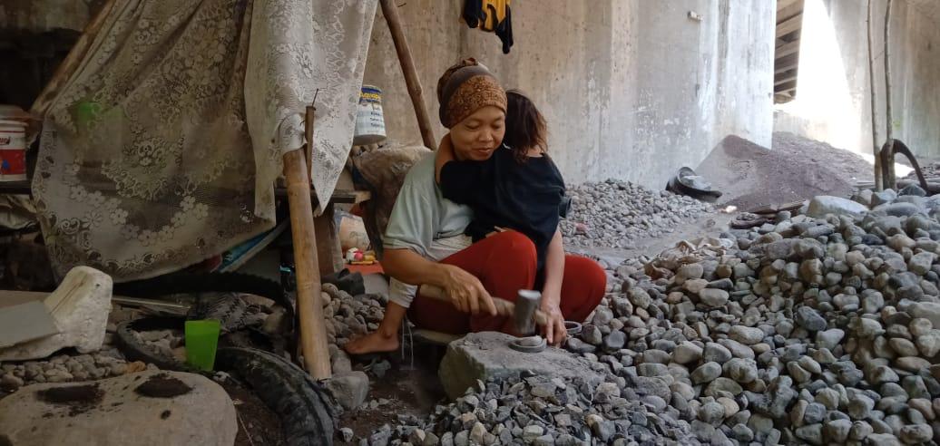 https: img.okezone.com content 2019 12 20 337 2144242 tak-ada-hari-ibu-untuk-tummi-yang-ia-tahu-hanya-bekerja-memecah-batu-R3xoIGnoHz.jpg