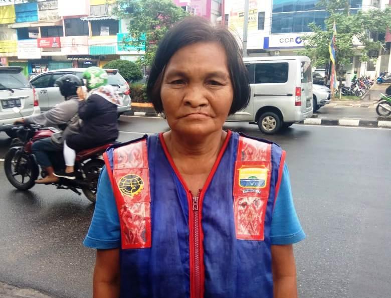 https: img.okezone.com content 2019 12 20 337 2144267 mardila-nenek-4-cucu-tukang-parkir-wanita-pertama-di-kota-palembang-cfqq1p1aCw.jpg