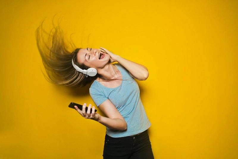 https: img.okezone.com content 2019 12 20 481 2144309 musik-edm-berdampak-baik-untuk-kesehatan-mental-mitos-atau-fakta-KIPNN9qiN7.jpeg