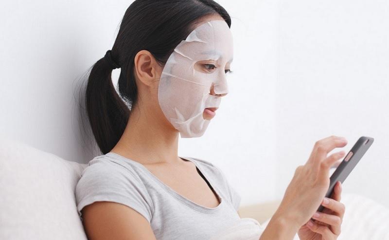 https: img.okezone.com content 2019 12 20 611 2144440 sheet-mask-benar-bermanfaat-atau-cuma-tren-p150n8BQHu.jpg