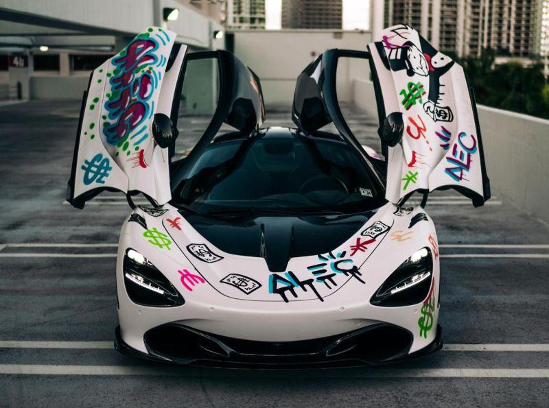 https: img.okezone.com content 2019 12 21 52 2144721 tren-seniman-corat-coret-sedan-mewah-dianggap-unik-dan-bikin-banderolnya-naik-yYMjjSMvtj.jpg