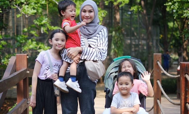https: img.okezone.com content 2019 12 22 194 2144751 5-potret-hijabers-cantik-ibu-muda-yang-menginspirasi-kaum-hawa-9zPBsDUDdU.jpg