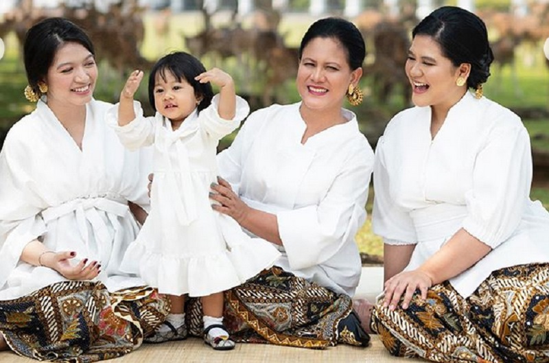 https: img.okezone.com content 2019 12 22 194 2144966 hari-ibu-iriana-jokowi-kahiyang-ayu-dan-selvi-ananda-kompak-berbusana-putih-ebWYf2FkCl.jpg