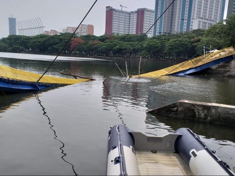 https: img.okezone.com content 2019 12 22 338 2144928 jembatan-ambruk-di-taman-hutan-kemayoran-ternyata-baru-diresmikan-kPCFhhKWfK.jpg
