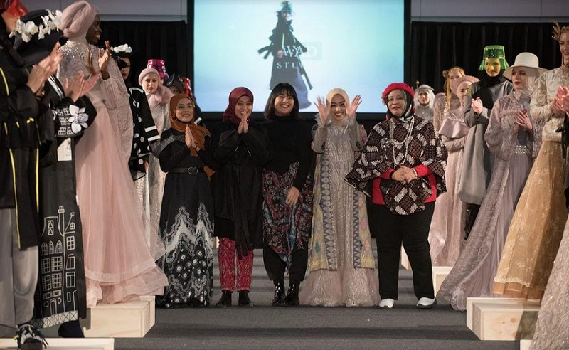 https: img.okezone.com content 2019 12 23 617 2145135 mantap-desainer-modest-indonesia-tampil-di-amsterdam-modest-fashion-week-QRSpwoVaAw.jpg