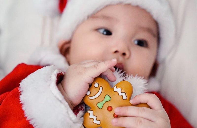 https: img.okezone.com content 2019 12 24 196 2145529 baby-chef-arnold-pakai-kostum-santa-claus-gemas-minta-ampun-NepJrUD8JT.jpg