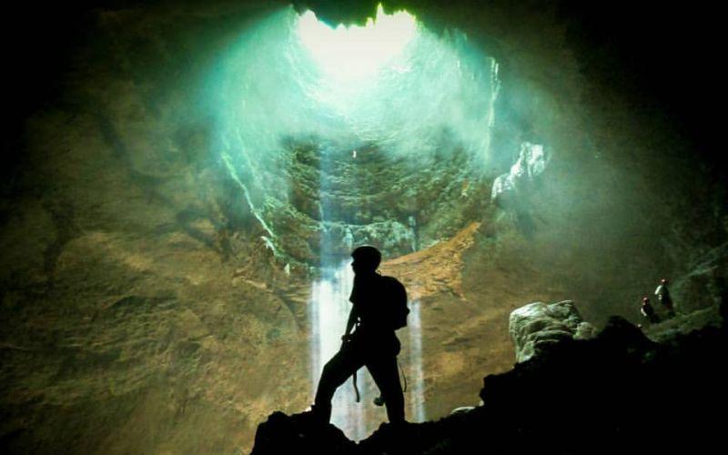 https: img.okezone.com content 2019 12 24 406 2145489 5-gua-eksotis-di-indonesia-cocok-untuk-pencinta-caving-XSkfrCabkr.jpg