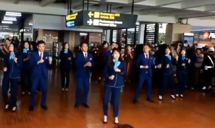 https: img.okezone.com content 2019 12 24 406 2145754 heboh-pramugari-flashmob-rayakan-natal-di-bandara-soetta-bW0OireIqH.jpg