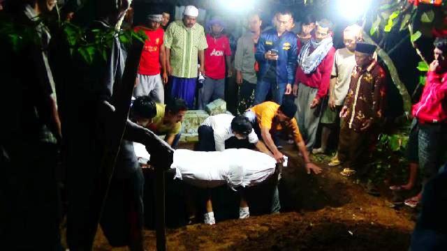 https: img.okezone.com content 2019 12 24 512 2145409 isak-tangis-warnai-pemakaman-mahasiswi-asal-banjarnegara-korban-gua-lele-ZAgcWu8omP.jpg