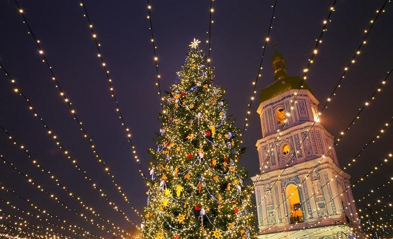 https: img.okezone.com content 2019 12 24 612 2145750 asal-usul-cemara-jadi-pohon-natal-bagi-umat-kristiani-hR5n3EkVgL.jpg
