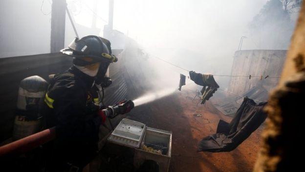 https: img.okezone.com content 2019 12 25 18 2145959 kebakaran-hebat-di-chile-hancurkan-ratusan-rumah-paksa-evakuasi-massal-warga-pExwFthrkF.jpg