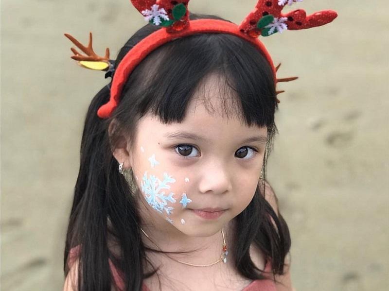 https: img.okezone.com content 2019 12 25 196 2145987 5-potret-menggemaskan-gempi-di-hari-natal-bikin-netizen-meleleh-3U14NEJPxt.jpg