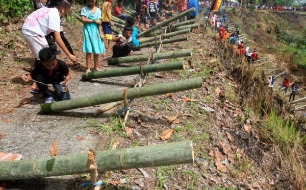 https: img.okezone.com content 2019 12 25 337 2145998 ledakan-meriam-bambu-tradisi-sambut-natal-ala-masyarakat-ntt-gpjSxxISiQ.jpg