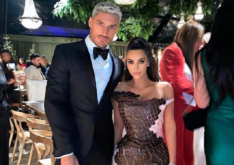 https: img.okezone.com content 2019 12 26 194 2146254 pesta-natal-keluarga-kardashian-jenner-kompak-pakai-gaun-super-seksi-iHS9hMlx3R.jpg