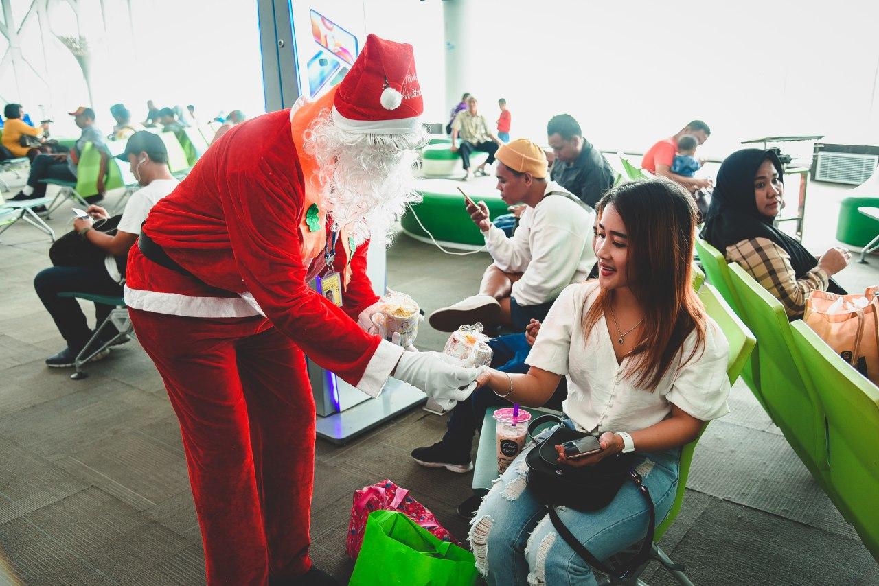 https: img.okezone.com content 2019 12 26 338 2146175 wujudkan-komitmen-pelayanan-angkasa-pura-i-semarakkan-perayaan-natal-di-14-bandara-9yaL8WnfQb.jpg
