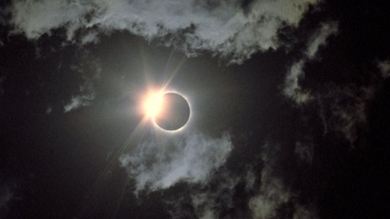 https: img.okezone.com content 2019 12 26 340 2146110 ada-makanan-gratis-untuk-warga-yang-saksikan-gerhana-matahari-cincin-di-singkawang-cFGf9Ddumr.jpg