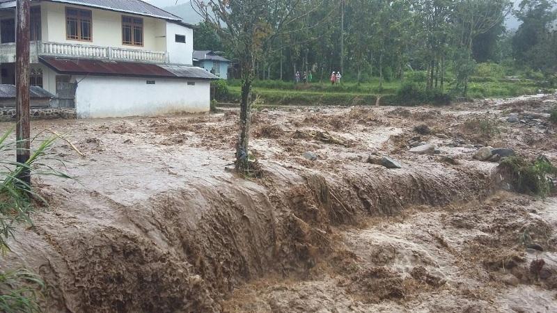 https: img.okezone.com content 2019 12 26 519 2146049 satu-jembatan-roboh-dan-belasan-rumah-terdampak-banjir-bandang-di-bojonegoro-ditBJ0UmEn.jpg