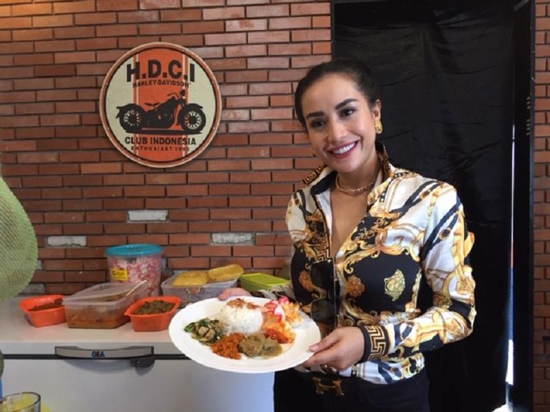 https: img.okezone.com content 2019 12 27 298 2146699 terjun-bisnis-kuliner-shinta-bachir-urus-resep-sendiri-BiLE6zT9vc.jpeg