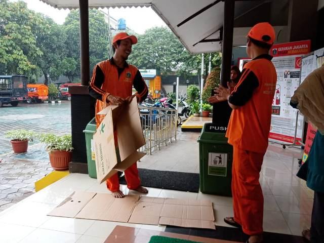 https: img.okezone.com content 2019 12 28 337 2146848 heroisme-pasukan-oranye-melawan-ancaman-banjir-jakarta-pO4gr1EsAf.jpg