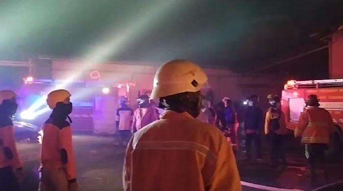 https: img.okezone.com content 2019 12 28 512 2146962 padamkan-kebakaran-hotel-tentrem-petugas-curhat-soal-alat-pemadam-tahun-90-an-NEFu3GkgqX.png
