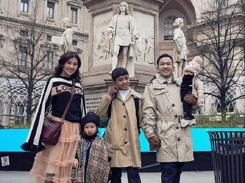 https: img.okezone.com content 2019 12 30 406 2147453 habiskan-libur-panjang-nataru-ini-momen-keluarga-ruben-onsu-di-milan-b5QjJ8diQf.jpg