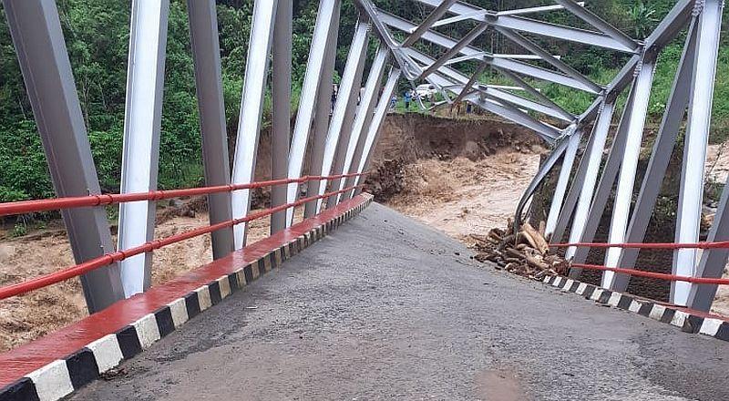 https: img.okezone.com content 2019 12 30 610 2147428 jembatan-putus-lima-desa-di-kabupaten-muara-enim-terisolir-2Kxz7lXujr.jpg