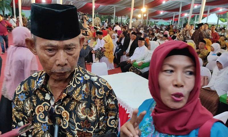 https: img.okezone.com content 2019 12 31 338 2147943 kisah-cinta-pasangan-tertua-yang-ikut-nikah-massal-di-balai-kota-mP6wHuLQ1P.jpg
