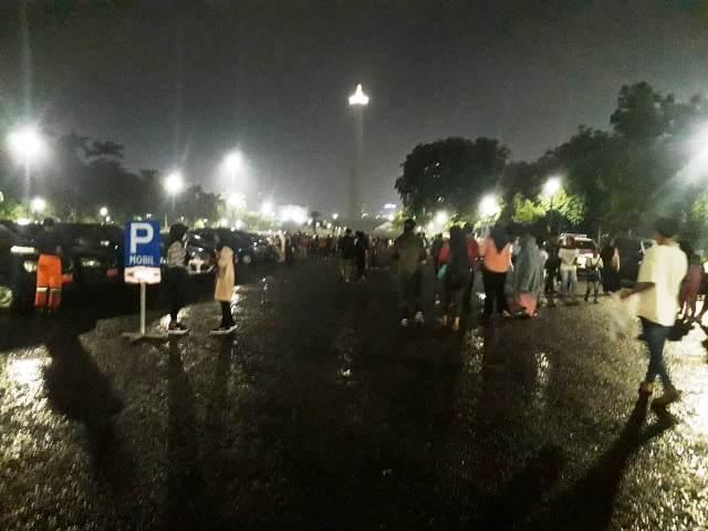 https: img.okezone.com content 2019 12 31 338 2147976 meski-diguyur-hujan-warga-tetap-berduyun-duyun-ke-monas-wdbrtnoRlG.jpg