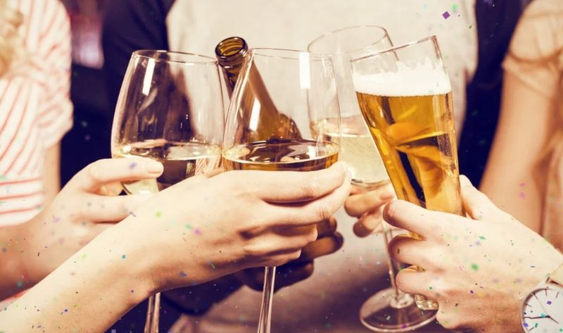 https: img.okezone.com content 2019 12 31 481 2147874 minum-bir-sebelum-wine-cegah-mabuk-begini-jawaban-peneliti-jalrRXT3ID.jpg