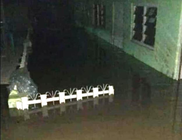 https: img.okezone.com content 2020 01 01 338 2148012 kali-bekasi-meluap-banjiri-permukiman-warga-di-malam-tahun-baru-rW6VwZlUmL.jpg