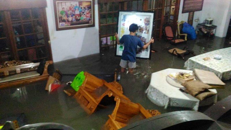 https: img.okezone.com content 2020 01 01 338 2148055 pagi-pertama-2020-jakarta-dan-bekasi-dikepung-banjir-YoqrBLwpOj.jpg