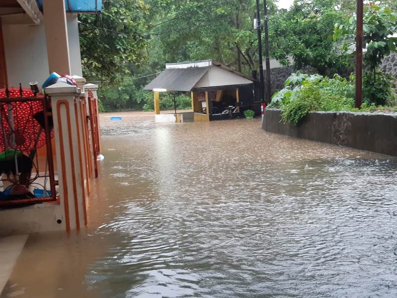 https: img.okezone.com content 2020 01 01 338 2148059 perumahan-di-jatibening-bekasi-banjir-ketinggian-air-sepaha-orang-dewasa-YsmjQuKyXj.jpg