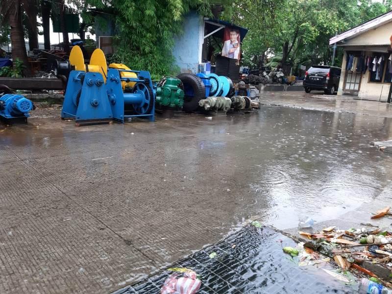 https: img.okezone.com content 2020 01 01 338 2148073 banjir-di-tanjung-priok-ikan-gabus-masuk-rumah-warga-tsWaWw3wDR.jpg