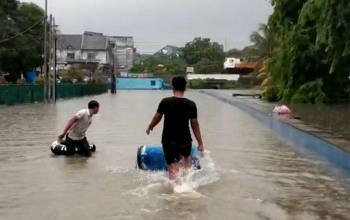 https: img.okezone.com content 2020 01 01 338 2148100 jalan-baru-di-underpass-bekasi-terendam-banjir-lalu-lintas-lumpuh-total-jTAiBDSzr2.JPG