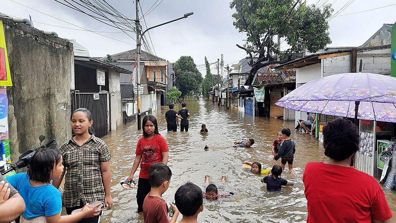 https: img.okezone.com content 2020 01 01 338 2148176 genangan-banjir-di-pondok-jaya-mampang-jadi-arena-bermain-anak-K0Ro1iHYAX.jpg