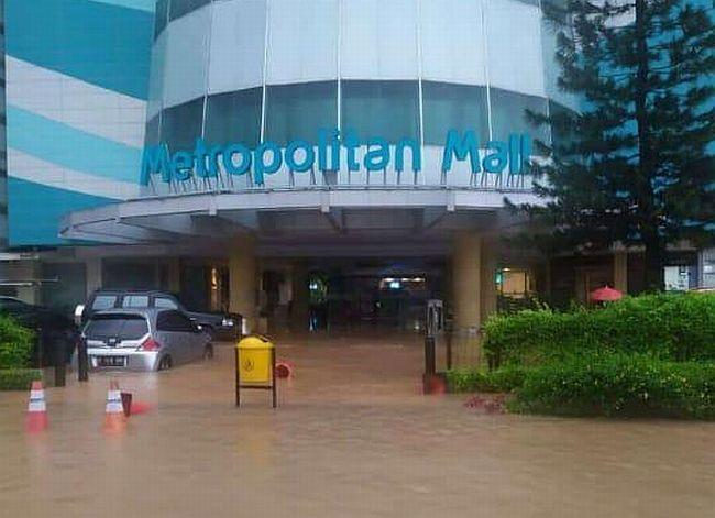 https: img.okezone.com content 2020 01 01 338 2148187 metropolitan-mal-bekasi-tergenang-banjir-diduga-ini-penyebabnya-N1rZ7VPTVk.jpg