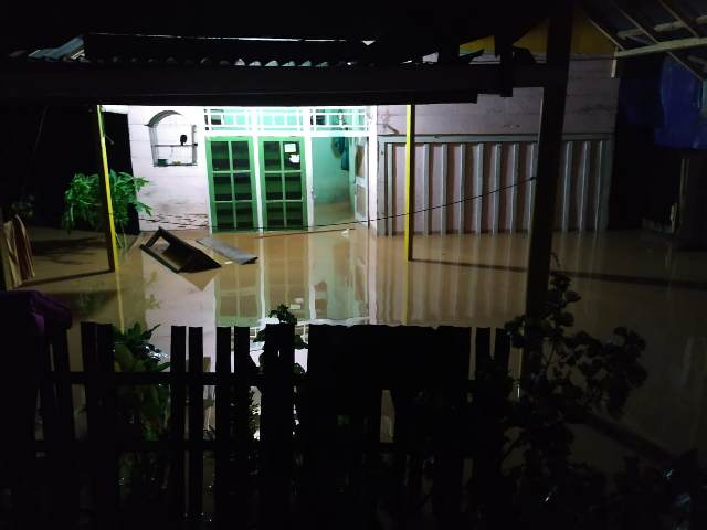 https: img.okezone.com content 2020 01 01 340 2148014 banjir-setinggi-1-5-meter-puluhan-warga-seluma-bengkulu-mengungsi-hMxPGEOk58.jpg