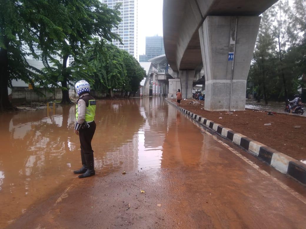 https: img.okezone.com content 2020 01 02 338 2148362 banjir-kepung-jakarta-sejumlah-ruas-jalan-tak-bisa-dilewati-9wh4ke7Gft.jpg