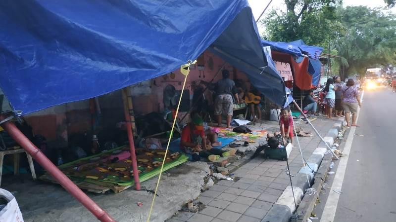 https: img.okezone.com content 2020 01 02 338 2148637 pengungsi-banjir-jakarta-di-trotoar-manggarai-butuh-selimut-popok-dan-susu-bayi-72Tzqnlvu2.jpg