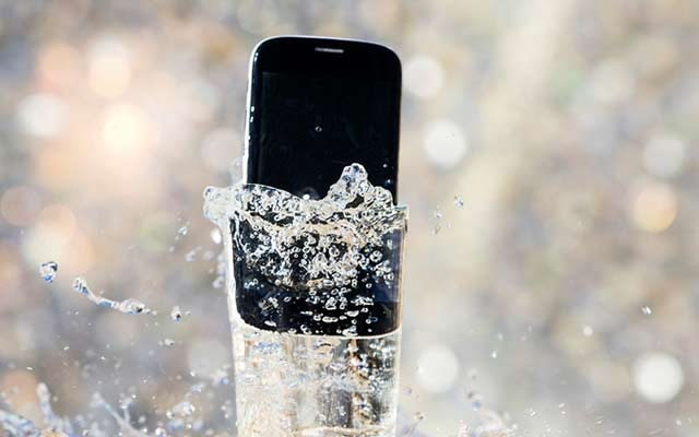 https: img.okezone.com content 2020 01 02 57 2148441 daftar-ponsel-tahan-menyelam-dalam-air-kolITuDGfU.jpg