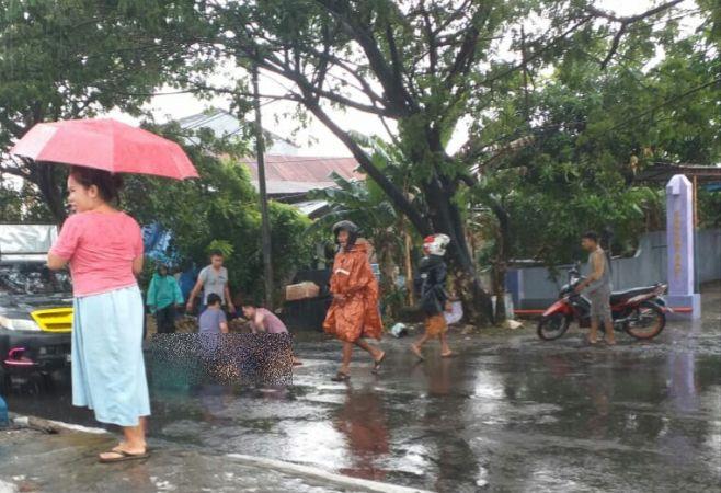 https: img.okezone.com content 2020 01 02 609 2148577 hujan-lebat-terjang-maros-pengendara-motor-tewas-tertimpa-pohon-mDW4DpLE5y.jpg