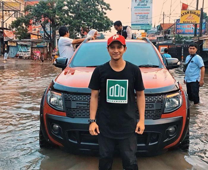 https: img.okezone.com content 2020 01 03 33 2148858 bersama-rekan-rekan-artis-chand-kelvin-terjang-banjir-di-sejumlah-titik-ZZl2lp0HaL.jpg