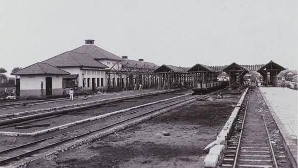 https: img.okezone.com content 2020 01 03 337 2149038 stasiun-manggarai-pusat-transportasi-yang-dibangun-di-tanah-kampung-budak-9TiDe5Vlfz.jpg