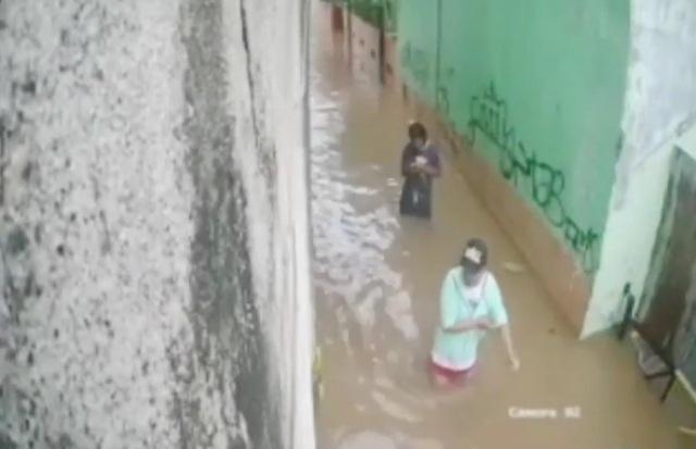 https: img.okezone.com content 2020 01 03 338 2148782 viral-warga-depok-hampir-tertimpa-tembok-besar-yang-roboh-akibat-banjir-JPrdMM5Uqa.jpg