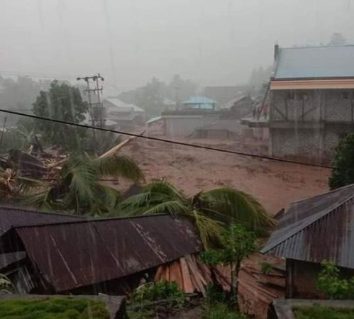 https: img.okezone.com content 2020 01 03 340 2148798 banjir-bandang-terjang-sangihe-seorang-warga-tewas-XiyRSqgOJ8.jpg