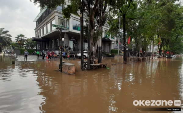 https: img.okezone.com content 2020 01 04 320 2149282 dampak-banjir-300-toko-ritel-di-jakarta-tutup-eSi7KbEHM0.jpg