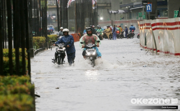 https: img.okezone.com content 2020 01 04 338 2149132 dprd-dki-minta-seluruh-pihak-tak-saling-menyalahkan-terkait-banjir-jakarta-DVl0gQ0hik.jpg