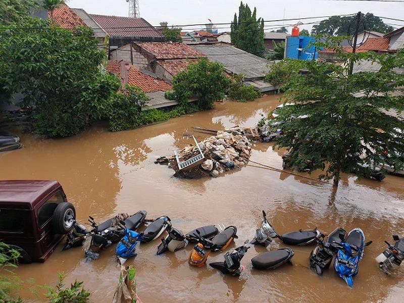 https: img.okezone.com content 2020 01 04 338 2149274 pemprov-dki-ajak-masyarakat-kerja-bakti-bantu-warga-korban-banjir-diCNX5QkFy.jpg