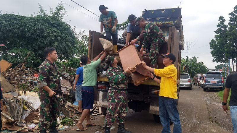 https: img.okezone.com content 2020 01 05 338 2149512 dua-ton-sampah-diangkut-dari-perumahan-terdampak-banjir-di-bekasi-Rsl9sA9hdx.jpg